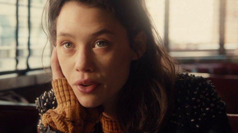 """Очите й са уникални  После идва научно-фантастична драма """"Аз: Началото"""" (I Origins, 2014 г.) на Майк Кейхил. Ролята тук печели заради невероятните си очи, тъй като историята разказва за студент, който изследва еволюцията на човешкото око.    За ролята на Софи режисьорът Кейхил се нуждае от """"някой, който може да направи духовността съблазнителна, човек, който има свобода на духа"""". Намира това в ефектните очи на Астрид, оцветени в синьо, зелено и оранжево. Оказва се, че тя има хетерохромия - част от ириса на едното око е различно оцветен от останалата му част (или двете очи са в различен цвят). Но режисьорът харесал в нея и това, че е """"харизматична, забавна и замислена"""". Той е убеден, че макар """"Аз: Началото"""" да е едва вторият  ѝ англоезичен филм, Холивуд ще я забележи. """"Тя ще бъде търсена"""", казва Кейхил."""