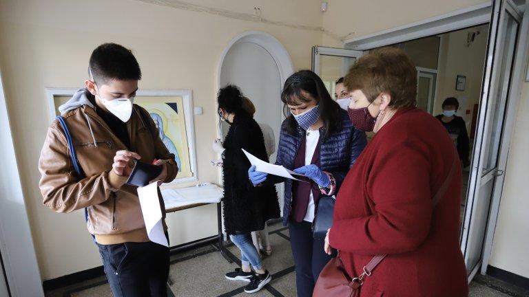 Залите са дезинфекцирани, а на входовете бе измервана температурата на зрелостниците
