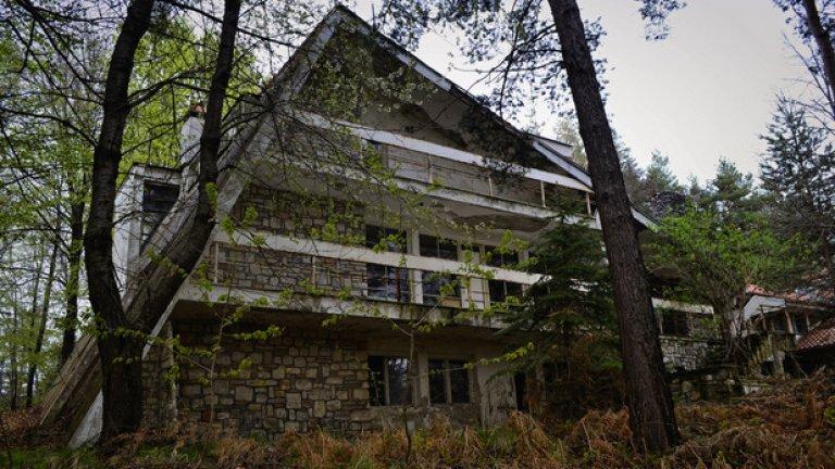 """Бившата резиденция на БКП е една от многото изоставени сгради в малкия родопски курорт """"Бели брези"""""""