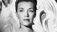 """Джийн Спанглър Американската актриса, модел и танцьорка едва ли ще остане особено известна с творчеството си, но изчезването й я превръща в легенда. През 40-те тя участва в няколко холивудски филма, има и брак с бизнесмена Декстър Бенър, с когото имат една дъщеря, но се разделят през 1946 г. На 7 октомври 1949 г. тя излиза от вкъщи, казвайки че ще се види с Бенър, за да обсъдят издръжката на дъщеря им, след което щяла да отиде на снимачната площадка за филма, в който участва. Повече обаче така и не се появява. При разследването около изчезването й се разбира, че тя така и не е стъпвала на снимачната площадка и сцени с нея не са снимани. Междувременно бившият й съпруг твърди, че не я е виждал от седмици. Два дни след изчезването й е намерена дамската й чанта. Чантата изглежда така, сякаш е издърпана със сила от ръцете й и захвърлена настрани. В нея обаче е открита бележка, адресирана до """"Кърк"""", в която пише: """"Кърк, не мога да чакам повече. Ще отида при доктор Скот. Това ще е най-добре, докато майка ми е далеч"""". Нито """"Кърк"""", нито """"Доктор Скот"""" са намерени, а семейството и приятелите й нямат идея кой може да стои зад тези имена. Една от теориите е, че Кърк е всъщност известния актьор Кърк Дъглас, с когото Спанглър е снимала наскоро филм заедно. Самият той казва, че я е засичал на снимачната площадка и си е говорил с нея, но не са имали никакви отношения извън филмовата продукция. Колкото до """"доктор Скот"""", според приятелки на Спанглър тя била бременна и докторът трябвало да се погрижи за аборта - процедура, която по това време е незаконна в САЩ. Полицията така и не успява да намери доктора. Междувременно в медиите се завърта слуха, че Джийн е станала жертва на сериен убиец, който бил отговорен и за убийството на """"Черната далия"""". В други теории се намесват още мафията, ревниви любовници, а някои дори определят изчезването й като доброволно."""