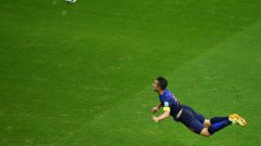 """В 102 мача нападателят вкара 50 гола за националния отбор на """"лалетата, най-запомнящият се от които бе на Мондиал 2014 в груповата фаза срещу Испания при победата с 5:1 - с летящ плонж и прехвърлящ удар."""