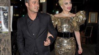Така се появи на партито в навечерието на рождения си ден Гага, под ръка с годеника си. Нищо шокиращо в сравнение с предходните й изпълнения и костюми...  Вижте галерията