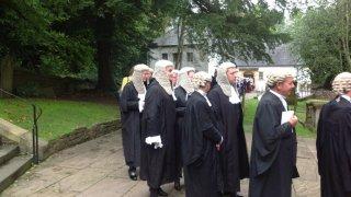 Модни хроники: Съдийската перука като символ на престиж