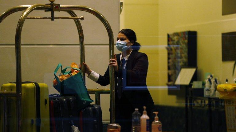 Вместо да спазват дистанция, персоналът и гостите на хотела са я скъсявали опасно