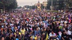 Празник по улиците на Банкок, след като полицията свали барикадите пред правителствената резиденция
