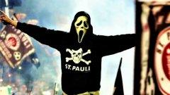 Санкт Паули има едни от най-колоритните фенове и е сред най-подкрепяните клубове в Германия - макар и не по футболни причини
