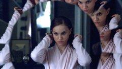 """Обръщаме се назад към 2010 г., но вместо да правим обзор, ще си припомним заглавията, които празнуват първия си голям юбилей, с някои любопитни (и може би непознати) факти и истории зад кадър.""""Черен лебед""""/ Black Swan Натали Портман спечели """"Оскар"""" за своята запомняща се роля на балерина-на-ръба-на-нервна-криза, режисирана за 6+ от Дарън Аронофски.  Може би сте чували, че Портман се учи да танцува специално за филма и че се омъжва за хореографа на продукцията Бенджамин Милпие, с когото имат две деца.  Това, което може би не знаете, е, че Арофонски е обмислял """"Черният лебед"""" въобще да не е отделен филм, а само част от сюжета в """"Кечистът"""" (2008 г.), който да разказва за любовната история между професионален борец и балерина. Е, в крайна сметка се отказва и днес има  не един, а два добри филма, на които да се радваме."""