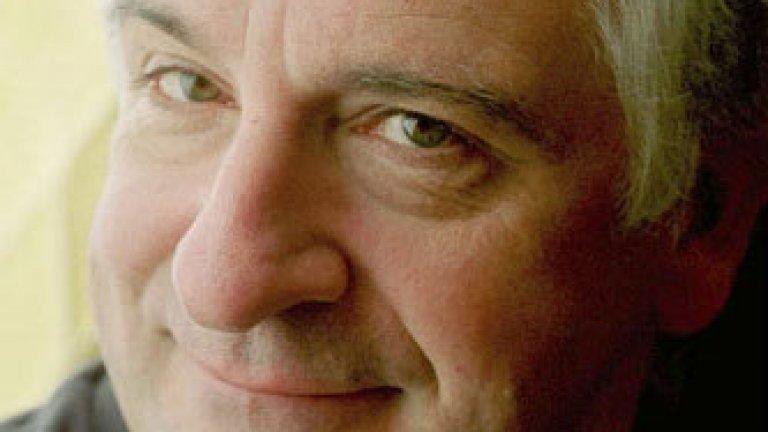 """Дъглас Адамс, естествено, е човекът, който стои зад """"Пътеводител на галактическия стопаджия"""". Романът започва своя живот като радиокомедия по BBC, след което се разраства до """"трилогия"""" от пет книги, сериал, игрален филм, пиеси, комикси и изобщо тотален символ на научната фантастика в културата. Адамс е роден на 11 март 1982 г. и си отива на 11 май 2001г. от инфаркт, едва на 49 години."""