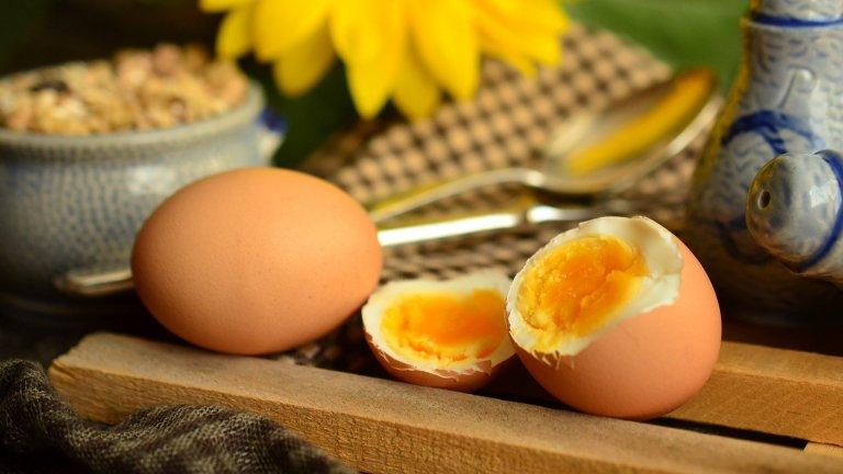 """ЯйцаПрез 90-те и началото на новия век някои диетолози определяха яйцата като """"холестеролни бомби"""". Този мит вече е напълно развенчан – в едно яйце има едва около 115 калории и едва един грам въглехидрати, което ги прави изключително подходящи за нисковъглехидтратните режими на хранене. Яйцата са и прекрасен естествен източник на Витамин A и D."""