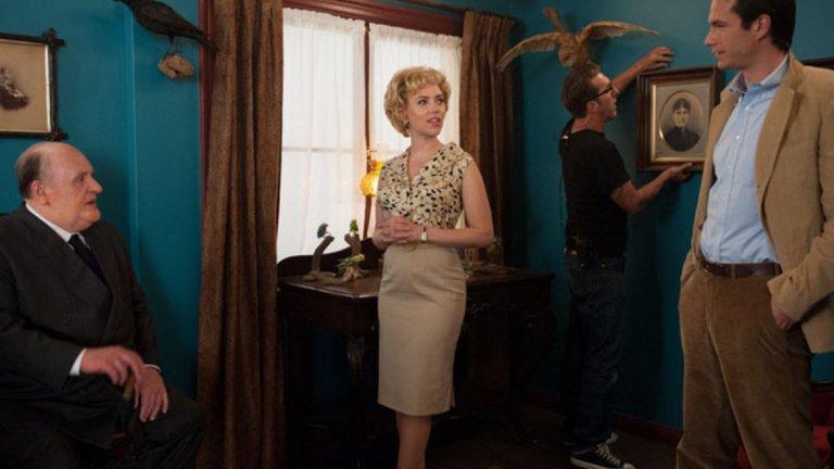 """Джанет Лий е голяма звезда в онези години и именно заради това Хичкок решава да й даде роля, а всичко приключва още със средата на снимките на филма. Участието на Скарлет в """"Хичкок"""" също е кратко, но запомнящо се най-вече и заради репликата от Хич към жена му Алма (тук в ролята е чудесната Хелън Мирън), че """"гърдите на Джанет са толкова големи, че често не можеш да видиш лицето й от тях""""."""