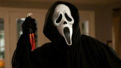 """""""Писък""""   В началото на 90-те години на миналия век филмите на ужасите, които представляват истинска касапница, не са масово популярни. През 1996-а обаче режисьорът Уес Крейвън и сценаристът Кевин Уилямсън вдъхват нов живот на този жанр, създавайки """"Писък"""". Филмът е както плашещ, но и задава въпроси относно състоянието на съвременното американско общество.   Той представя много добре начина, по който развлекателната индустрия може да доведе до съвсем реално насилие. Много филми като """"Знам какво направи миналото лято"""" използваха """"Писък"""" за вдъхновение."""