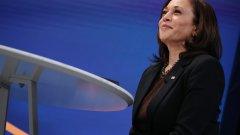 """Някога политиката е била зона, запазена за мъже. Но това се промени. Сегашният вицепрезидент на САЩ - Камала Харис, е първата жена, избрана за вицепрезидент на САЩ, както и първият чернокож политик. И първият политик от азиатски произход, избран на този пост. Когато встъпваше в длъжност, Харис се обърна към нацията с думите """"Може и да съм първата жена на този пост, но няма да съм последната. Защото всички малки момичета, които гледат сега, ще разберат, че това е страна на неограничени възможности""""."""