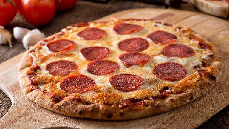 """Пица """"Пеперони""""Пицата с пикантен колбас е любима, само че ако в Италия си поръчате пица """"Пеперони"""", ще получите тесто с щедра добавка от… чушки. Не се знае къде се е получила тази """"грешка в превода"""", но в наши дни е широко разпространена и както в Америка, така и в Европа под """"Пеперони"""" се разбира пица с лют салам.  Като цяло истинската италианска пица има малко общо с твърде гарнираните ѝ европейски и американски събратя и е по-вероятно да получите пица с тънки резени прошуто, отколкото с пикантни колбаси."""