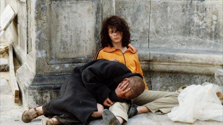 """""""Любовниците от Пон Ньоф"""" Това е филмът, в който Жулиет претърпява инцидент по време на снимките и почти се удавя. И филмът, който в крайна сметка бележи началото на края на връзката ѝ с Каракс. """"Любовниците от Пон Ньоф"""" разказва любовната история на двама бездомници: цирков изпълнител, пристрастен към алкохола и успокоителните, и художничка с болест, която бавно отнема зрението ѝ."""