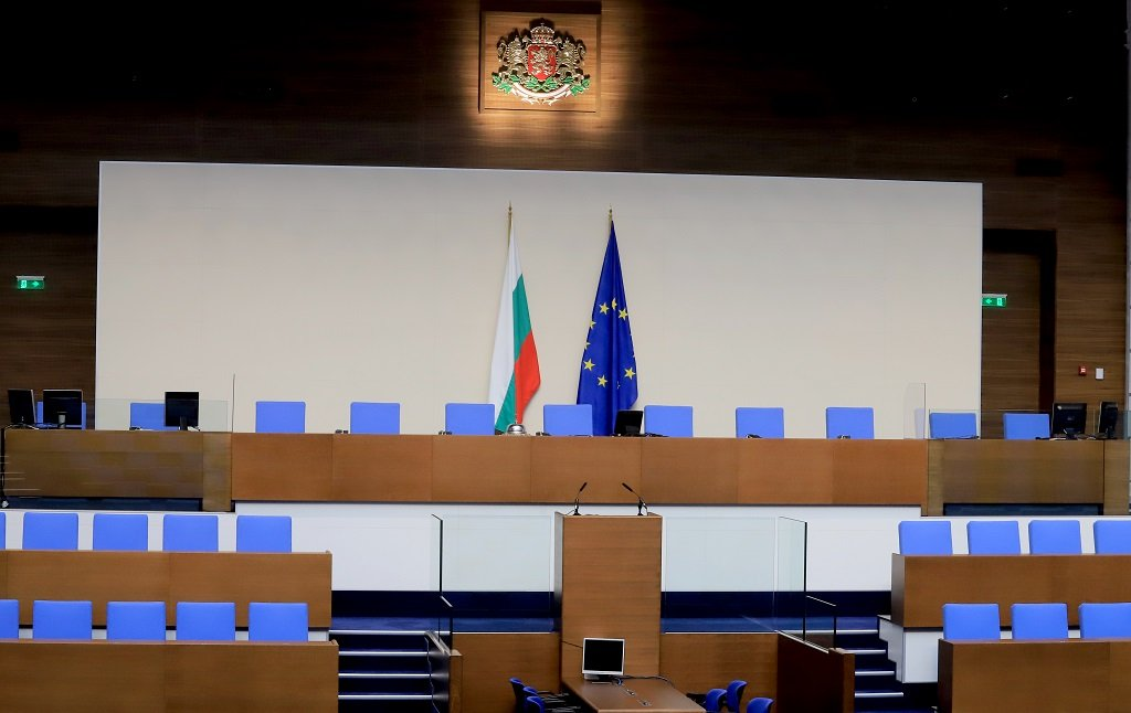 В пленарната зала има президиум със седем места, където да се настани председателят на парламента със своите заместници. В едната ѝ част са разположени 13 места, предвидени за министър-председателя и министрите. Има и обозначени места за президента, вицепрезидента, патриарха и специални гости.