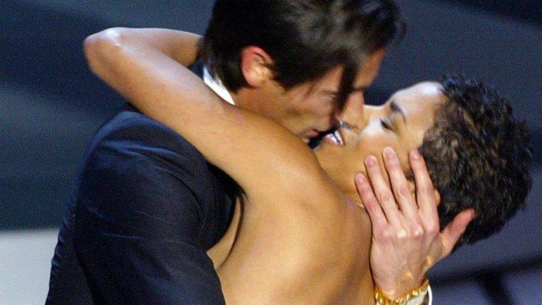 """Целувката между Ейдриън Броуди и Хали Бери Този момент от историята на наградите """"Оскар"""", който днес може би няма да се приеме добре с оглед на обвиненията в сексуален тормоз в Холивуд, остава сред най-запомнящите се случки от официалната церемония. В главните роли са Ейдриън Броуди, който през 2003-та печели """"Оскар"""" за най-добра главна мъжка роля за """"Пианистът"""", и Хали Бери, която му връчва наградата. Броуди е толкова развълнуван, че целува страстно Бери на сцената, под аплодисментите на присъстващите в """"Долби Тиътър"""". Както казахме, днес подобен ход едва ли ще се приеме с аплодисменти..."""