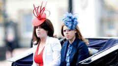 """Големи шапки, които живеят собствен живот Може да не сте съгласни, но шапките, които добавят един етаж към височината ви, наистина не изглеждат добре върху всеки. Ако трябва да сме съвсем честни, те не изглеждат дотам добре и върху принцеса Бетрис (вдясно) или принцеса Юджини (вляво), но техният уклон към дизайнерските капели е пословичен и обществото им го прощава по признака """"потекло"""". Хубавото е поне, че фламбоянтните им форми са съгласувани по цвят с всичко останало."""