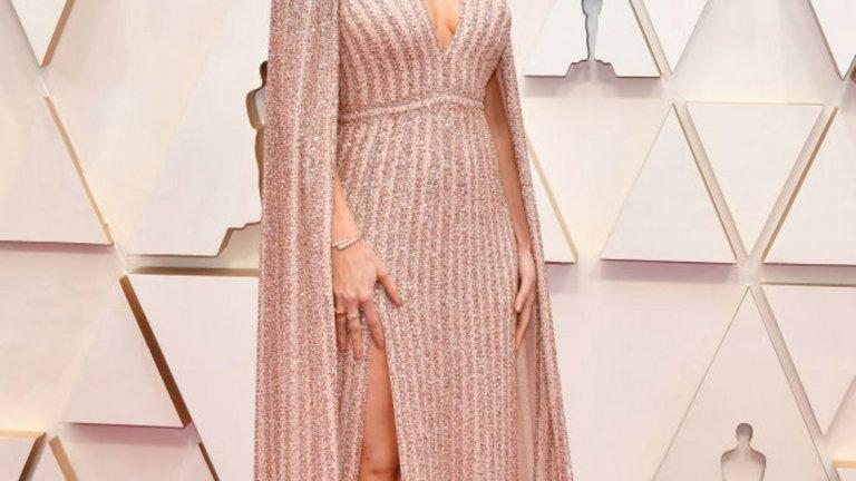 Бри Ларсън   Усмихната и неотразима - Бри Ларсън в рокля с наметало на Celine.