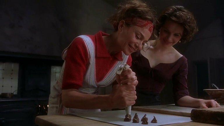 """""""Шоколад"""" (Chocolat) Ако сте фенове на сладките изкушения – задължително се запасете с поне един шоколад, преди да си пуснете този филм. Жулиет Бинош влиза в ролята на Виан Роше, която решава да отвори бутиково магазинче за шоколад посред строгите Великденски пости. Малкото френско градче е скандализирано, но постепенно става ясно, че никой не може да устои на качествения, приготвен с много любов шоколад."""