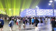 Няколко хиляди посетители пристигнаха за деня на откриването, разделяйки се със солидната сума от 200 юана за билет...