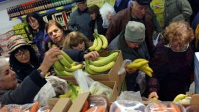 """Данчето Фандъкова сочи входа пак и вика: """"Търчете! Ниски са цените!""""  И ордите тръгват с викове сърдити, и """"Банани!"""" мощно въздуха разпра"""