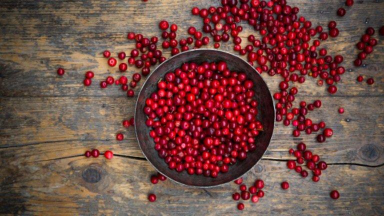 Червениборовинки - 46 калории / 100 гр. Червените боровинки се смятат засупер хранаи имат високо съдържание на антиоксиданти. Най-голямата полза е, че намаляват риска от инфекции на пикочните пътища, предотвратяват някои видове рак и подобряват имунната система, намаляват кръвното налягане. Високото ниво на проантоцианидини (PACS) помага за намаляване на задържането на някои бактерии към стените на пикочните пътища и от своя страна се бори с инфекциите. Някои данни показват, че полифенолите в боровинката помагат за намаляването на риска от сърдечно-съдови заболявания, като предотвратяват натрупването на тромбоцити. Също така са полезни за забавянето на туморните процеси и оказват положително влияние в борбата срещу рак на простатата, черния дроб, яйчниците и дебелото черво.