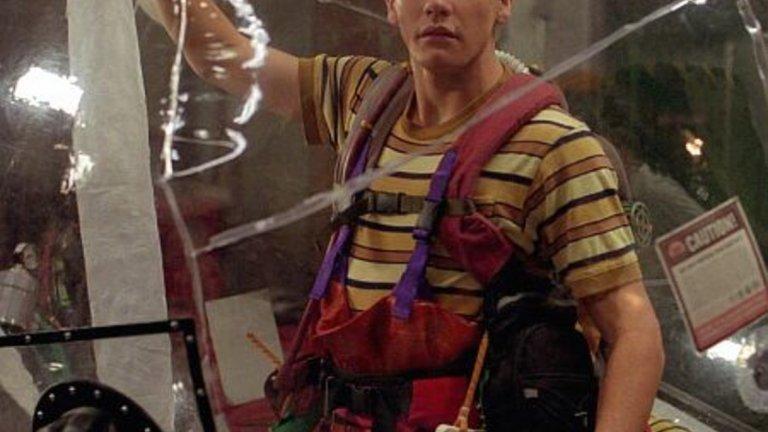 Балоненото момче/ Bubble Boy   Този филм е от далечната 2001-а и не успява да стане чак толкова популярен. Тогава Джиленхол е на 21, но определено си личи, че има талант на драматичен актьор. Той е момче, което според родителите си е родено без имунна система и му се налага да живее в абсолютно стерилен пластмасов балон. Ситуацията рязко се променя, когато героят разбира, че момичето, в което е влюбен, ще се жени и то на Ниагарските водопади. Освен че филмът има така обичания от всички хепи енд, Джейк е очарователен в ролята на объркания и несръчен Джими.