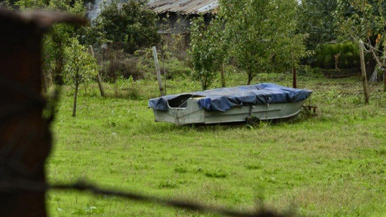 Характерна гледка за повечето дворове в Лисиците. Лодките са логичната алтернатива за място обградено с вода, до което няма асфалтов път