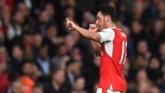 Така Йозил показа радостта си след като откри резултата за Арсенал