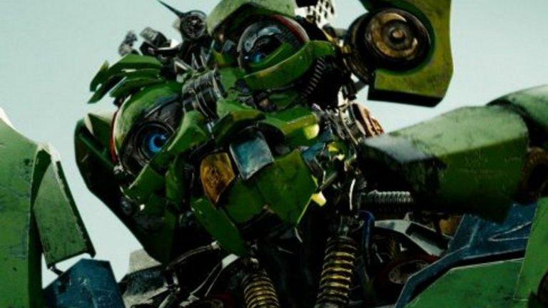 """7. Трансформърс: Отмъщението (2009) - Тук проблемите са същите като с """"Междузвездни войни"""", но разликата е, че става дума за роботи. Двама от тях са заредени до краен предел с """"черни"""" стереотипи - говорят сякаш са изкарани от гетото, не могат да четат, а единият трансформър дори има златен зъб. Вкарани са във филма само за комичен елемент, но присъствието им е някак безвкусно дори да не те тресе бясна мания за политкоректност."""