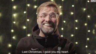 Клоп запя, Стърлинг раздаде храна, Роналдо сложи рога: Коледата на футболните звезди
