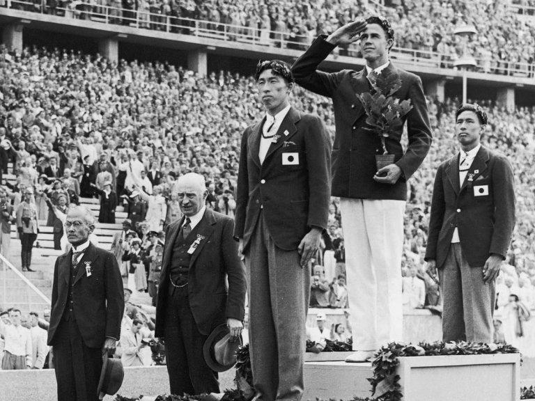 Шухей Нишида и Суео Ое на почетната стълбичка, заедно с олимпийския шампион Ърл Медоус