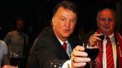 Ван Гаал отпразнува 64-я си рожден ден в популярен китайски ресторант в Манчестър