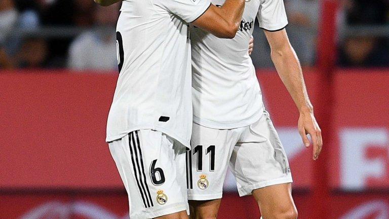 """Реал Мадрид - Рома  Сряда 22:00, bTV Action  """"Белия балет"""" тръгва към немислимия четвърти пореден трофей от Шампионската лига, а на пътя му е полуфиналистът от миналия сезон Рома, който успя да отстрани Барселона. Римляните ще искат да повторят доброто си представяне в турнира, докато за Реал големият въпрос е ясен: може ли отборът да продължи да доминира в Европа без Кристиано Роналдо и без Зинедин Зидан."""