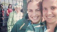 Кралица Елизабет II нахлу в селфито на тези две момичета на Игрите на Общността на нациите (Commonwealth Games)