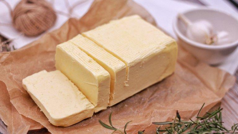 """МаслоМаслото беше сатанизирано по подобен на яйцата начин и се смяташе за ужасно вредно. През 2014 г. от Харвард отричат този мит и посочват, че то е най-добрият източник на """"добрия холестерол"""" и """"добрите мазнини"""" за организма ни. То е далеч по-полезно от алтернативи като маргарина, който е бъкан с вредни трансмазнини и е преминал през сериозна обработка, преди да стигне до трапезата ви."""