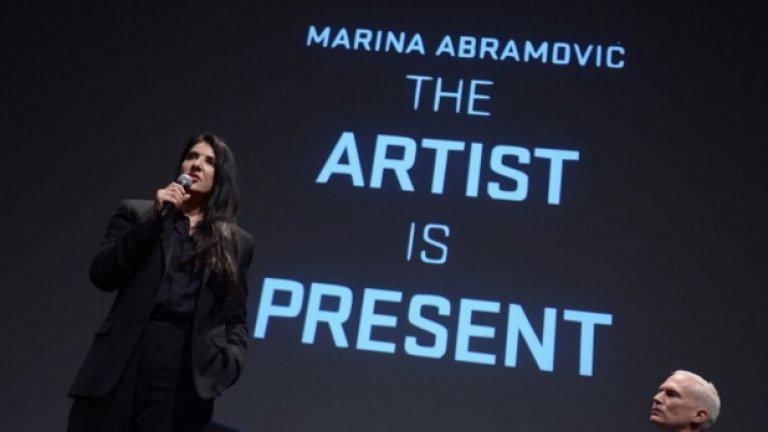 """Идеята на перформънса """"The Artist is Present"""" е публиката да """"вижда"""" aртиста и той да """"вижда"""" публиката си, според посланието на Абрамович"""