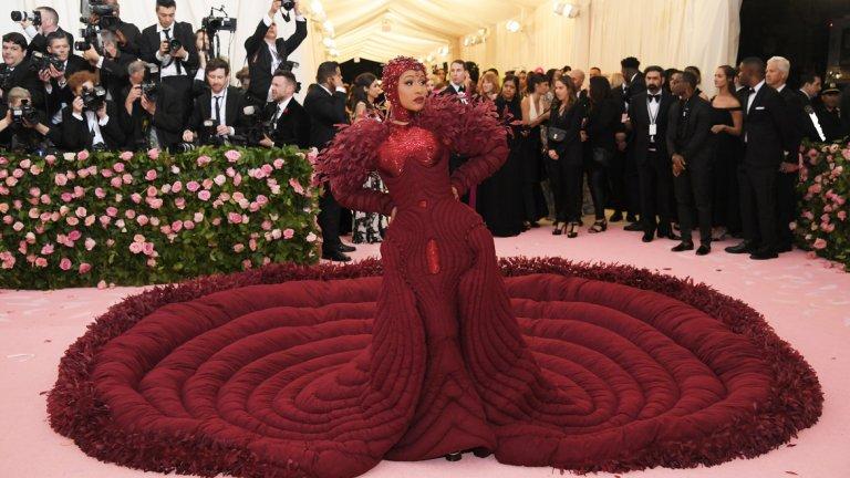 Карди Би   Рапърката Карди Би този път избра тоалет с леко ретро вид и се отказа от традиционно доста разголената си визия. Изпълнителката дойде на благотворителната вечер в червена рокля с много дълъг шлейф, а пищното й облекло беше допълнено от пера и пайети.