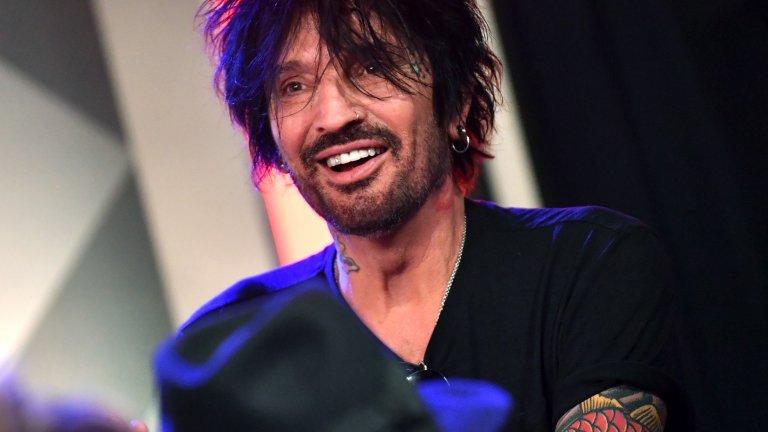 """Томи Лий През 1998 г. барабанистът на Motley Crüe пледира """"виновен"""" по обвинение в нападението над тогавашната му съпруга Памела Андерсън. Той излежава четири месеца от шестмесечна си присъда в затвора на окръг Лос Анджелис."""