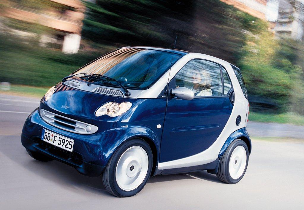 SmartSmart всъщност е практична градска кола, с която се придвижвате с лекота из адския трафик и със същата тази лекота си намирате места за паркиране. По тесните улички на градове като Рим и Париж е абсурдно да се опитвате да минете с някое SUV. И все пак налице е усещането, че Smart е нещо, което е дошло със снакс Lucky Boy.