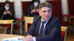 Министър Данаил Кирилов така и не успя да убеди обществото, че е достатъчно голям професионалист, за да заема този пост