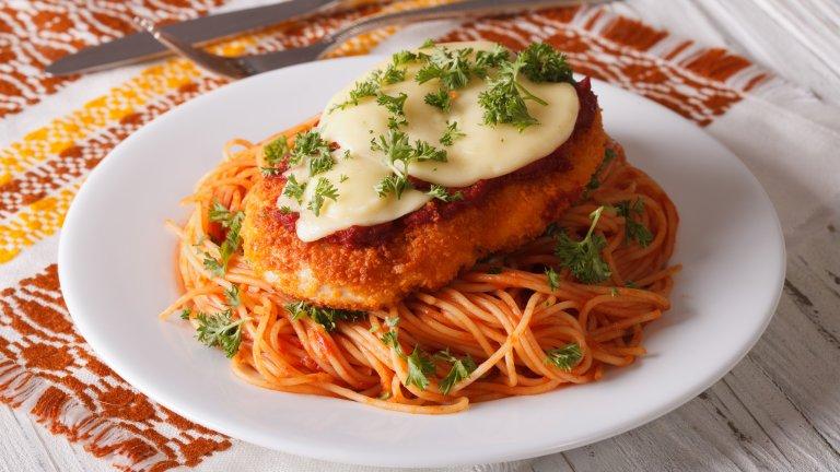 """Пиле в пармезанПилето в пармезанова коричка често в менютата се среща като """"Пиле Пиката"""" и се сервира с щедра доза паста за още """"по-автентичен"""" вид. Ястието обаче няма италиански корени и се приема, че е английска или американска измислица с доооста лек италиански привкус.   На Ботуша пък можете да опитате резени патладжан в пармезан, които са не по-малко вкусни, а и са далеч по-автентични."""