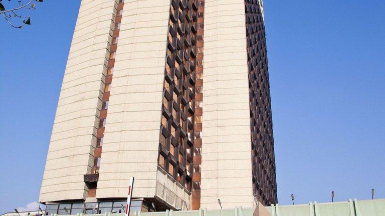 """Хотел """"Родина"""" - 104 метра, 25 етажа, завършен през 1981  Четиризвездният хотел е строен по социалистическо време в близост до площад """"Руски паметник"""" в София и години наред беше най-високата сграда в страната (като се изключат индустриалните комини на сгради и телевизионните кули). След дълги години търсене на инвеститор и сериозен упадък, заради необслужвани дългове, през 2014-а година """"Родина"""" беше придобит от собственика на  """"Дюни роял ризорт"""" Людмил Стойков срещу 25 млн. лв. Снимка: Wikipedia"""