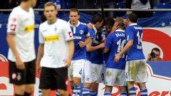 Раул получава поздравления, след като е вкарал победния гол във вратата на Борусия (М)