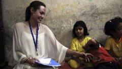 Анджелина Джоли играе с иракските деца в бежански лагер близо до Дамаск, Сирия, през октомври м.г. Въпреки че перфектно изпълнява задълженията си на посланик на добра воля на ООН, таблоидите с нетърпение чакат повод да скандализират имиджа на звездата.