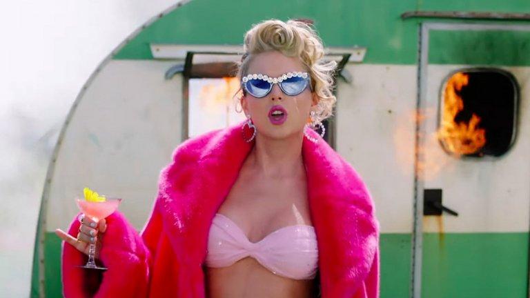 Тейлър Суифт   Тейлър обича вниманието и обича светлините на прожекторите, под които се появява непрекъснато – сама или с женската си тайфа, която включва жени като Карли Клос, Джиджи Хадид и Селена Гомез. Освен това певицата често се споменава покрай скандали с нейни колеги от музикалния бранш, което я прави още по-популярна.  На този фон е леко изненадващо, че Суифт всъщност живее в Роуд Айлънд, който е с население от малко над 1 млн. души. Средната възраст на жителите е доста над тази на Тейлър, но това едва ли я притеснява. Изпълнителката (и котките й) обитава имение от над 3350 кв. метра на цена от над 17,70 млн. долара.