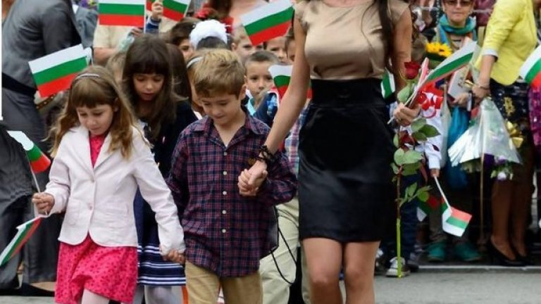 От няколко дена насам това е най-обсъжданата българска учителка в социалните мрежи. Повечето от коментарите под тази снимка преливат от сексизъм
