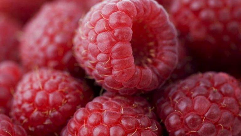 Малини - 52 калори / 100 гр. Много проучвания показват, че увеличаването на консумацията на растителни храни като малини намалява риска от затлъстяване, диабет, сърдечно-съдови заболявания, както и общата смъртност. Малините са богати на калий, благодарение на който поддържат сърцето здраво. Така се намалява и риска от исхемичен инсулт. Имат и много фибри, които спомагат за поддържането на стабилни нива на кръвната захар и така рискът от диабет драстично намалява. Доказано е, че повишеният прием на фибри понижава кръвното налягане, нивата на холестерола и спомага за загубата на тегло и борбата с наднормено такова.