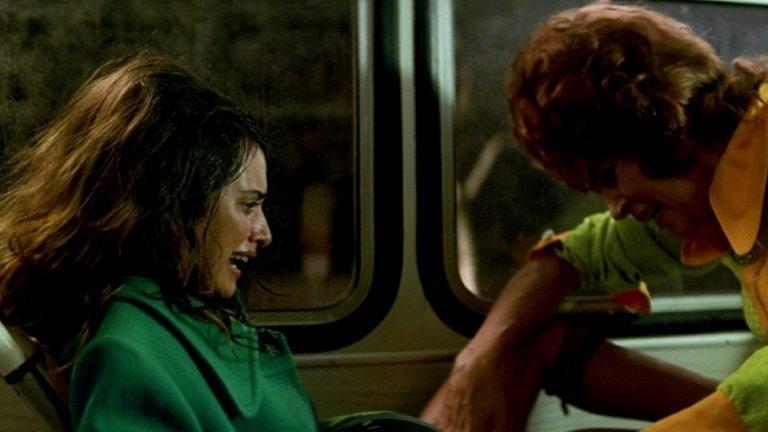 """Този кадър е от паметната откриваща сцена във филма Carne trémula (""""Жива плът"""") на Алмодовар, в който Пенелопе Крус играе проститутка, която ражда в автобус. Годината е 1997 г. и се оказва важна за актрисата - освен че това е едва първият ѝ филм с испанския режисьор, който ѝ е идол, тя тъкмо се е снимала и в """"Любовта сериозно може да увреди здравето Ви"""" на Мануел Гомес Перейра, който също е име в Испания. Крус участва и в сайфай драмата """"Отвори очи"""" на Алехандро Аменабар, която за жалост не постига особен комерсиален успех."""