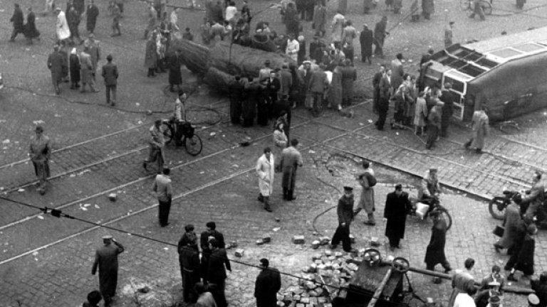 Жителите на Будапеща са се събрали около съборения паметник на Сталин по време на въстанието (ГАЛЕРИЯ)